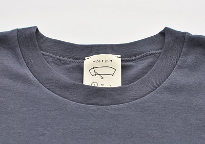 A t- shirt with cloth for cleaning glasses and smartphone [wipe T shirt]