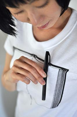 雑貨Tシャツ「ペンとノート」モデルディテール